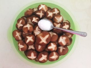 美味小零食  孜然香菇,在香菇里加入5克精盐