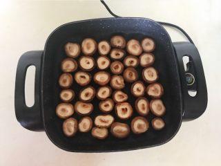 美味小零食  孜然香菇,煎制3分钟左右就给香菇翻面,继续煎制5分钟