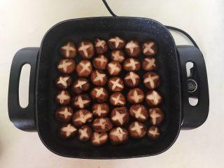 美味小零食  孜然香菇,炒锅烧热后后加入香菇,全程小火煎制