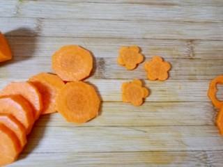 西兰花炒胡萝卜, 胡萝卜去皮洗干净切成片,用模具刻出花朵形状(刻下来的胡萝卜不能浪费,榨汁做馅炒米饭都可以)。