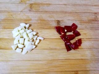 西兰花炒胡萝卜,蒜瓣切丁,干红辣椒切段(我用的这个干红辣椒不辣)。