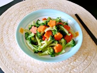 西兰花炒胡萝卜,炎热的夏天胃口大开。