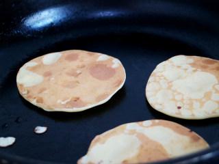 营养丰富的健康早餐之鸡蛋松饼,将蛋饼两面煎至金黄后即可。