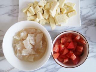 鲜美爽滑的龙利鱼番茄豆腐汤,龙利鱼解冻,洗净切块,加盐、胡椒粉腌制10分钟,番茄表面切十字刀,放入沸水中煮2分钟;捞出番茄撕掉外皮,切成丁,豆腐洗净切丁。