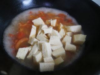 鲜美爽滑的龙利鱼番茄豆腐汤,锅中沸水烧开后,加入豆腐块和龙利鱼块,继续煮。