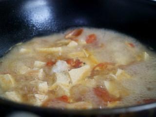 鲜美爽滑的龙利鱼番茄豆腐汤,龙利鱼和番茄混在一起再加入豆腐进行熬煮,超鲜嫩的哦。