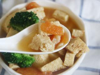 鲜美爽滑的龙利鱼番茄豆腐汤,煮至所有食材入味,大约20分钟后出锅,配上新鲜的西蓝花,营养又美味哦!