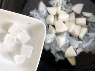 冰糖银耳炖梨,再放入冰糖,冰糖的数量可根据口味调节,煮熟了之后可放入蜂蜜进行调味,文火住60分钟就可以了。