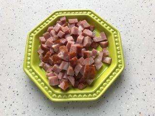 榨菜红肠茭白炒毛豆,红肠切丁