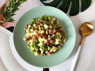 榨菜红肠茭白炒毛豆,装盘