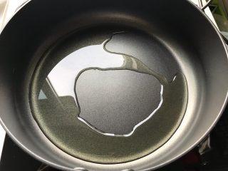 榨菜红肠茭白炒毛豆,起油锅