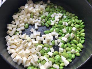 榨菜红肠茭白炒毛豆,下茭白,翻炒30秒