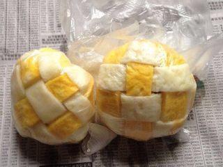 格仔蛋包饭,再包卷起來定型