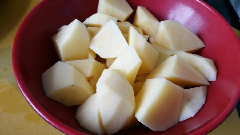 红烧土豆排骨,土豆300克左右一个的,切成滚刀块