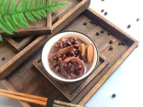温和滋补: 牛大力黑豆猪尾巴汤
