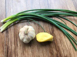 香菇土豆炖鸡块,生姜10g,蒜头20g,葱20g