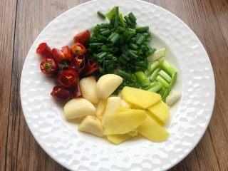 香菇土豆炖鸡块,干辣椒清洗干净剪成小段,蒜去皮拍扁,姜切姜片,葱切段