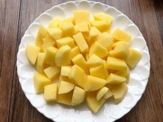 香菇土豆炖鸡块,土豆切块