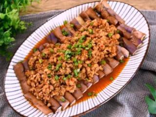 教您做一道简单的肉末淋茄子,比红烧茄子好吃百倍,还健康少油,将茄子放入微波高火叮5分钟,再将肉末淋上