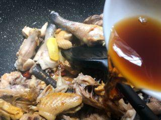 香菇土豆炖鸡块,倒入20g料酒翻炒5分钟