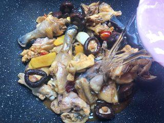 香菇土豆炖鸡块,倒入和鸡肉齐平的水,大火烧开,中火炖15分钟