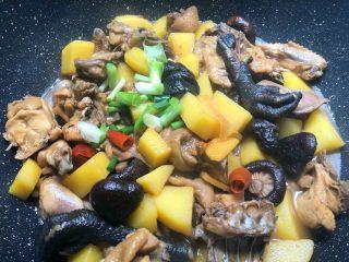 香菇土豆炖鸡块,放入葱白,翻炒2分钟即可出锅