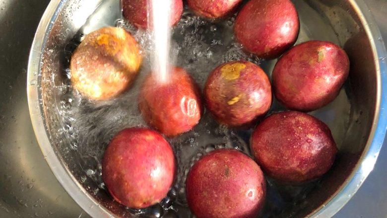 百香果酱,百香果用冷水冲洗干净