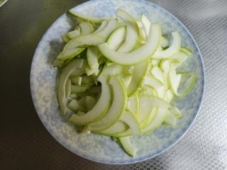 炒西葫芦,准备好一个西葫芦,把西葫芦切成片。