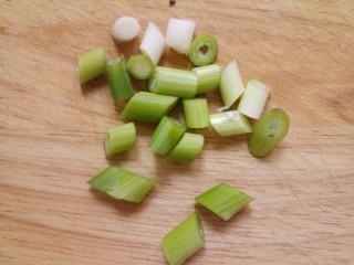 炒西葫芦,切点葱花。