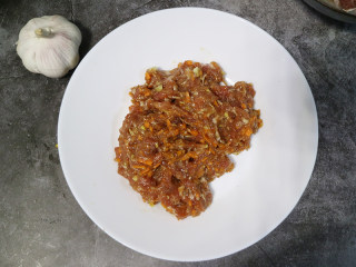 快手正餐 三丝杏鲍菇,将梅花肉用刀切成碎末,加入酱油、料酒盐腌制15分钟。