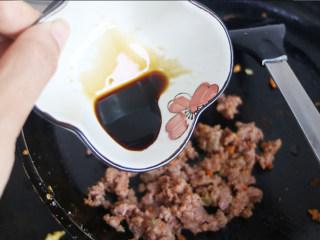 快手正餐 三丝杏鲍菇,炒锅中倒入葵花籽油烧至7成熟,再放入葱姜蒜爆香,倒入肉沫翻炒。