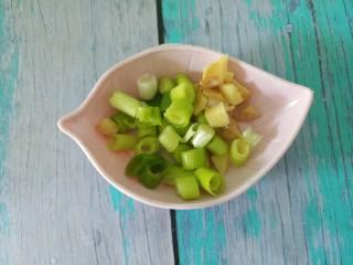 排骨焖饭,然后再切点葱花和姜丝。