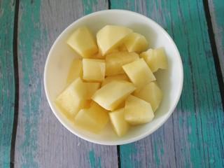 排骨焖饭,把土豆切成块儿。