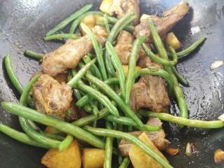排骨焖饭,翻炒均匀。