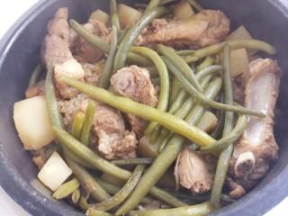排骨焖饭,按煮饭键,把饭焖熟就可以。