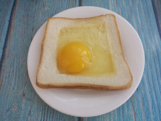 烤太阳蛋吐司,然后打入鸡蛋。