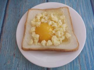 烤太阳蛋吐司,把芝士碎撒上。