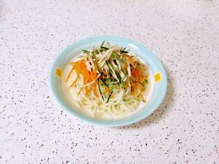 鸡丝凉面,放上黄瓜胡萝卜和鸡丝。