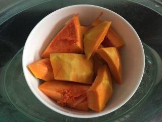 南瓜沙拉肉松小吐司 ,将南瓜去皮切块后放入碗里,再将南瓜放入蒸炉中蒸15分钟