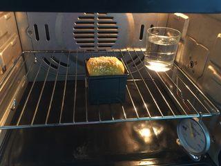 南瓜沙拉肉松小吐司 ,放入预热好的烤箱中层,以180℃上下火烤35分钟