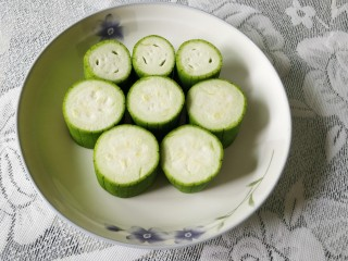 快手正餐   蒜蓉蒸丝瓜,洗净切成四厘米左右均匀的小段,整齐摆放在盘子里