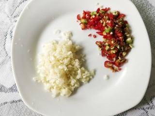 快手正餐   蒜蓉蒸丝瓜,大蒜剁碎,小米辣剁碎