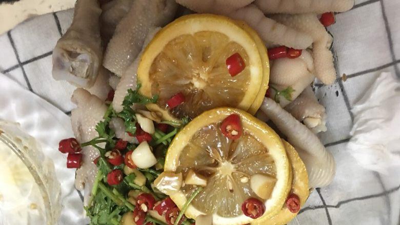 柠檬凤爪,凤爪沥干水分后,将调好的料汁和柠檬、香菜一起拌匀