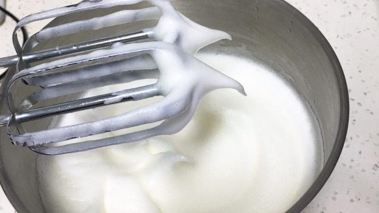 芝麻核桃蛋糕,加入30克细砂糖,用打蛋器高速搅打50圈,蛋白蓬发,出现下垂的弯钩。