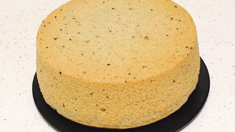 芝麻核桃蛋糕,晚上烤好的蛋糕,脱模后的状态。