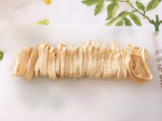 韩式泡菜锅,捞出切条备用