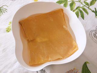 韩式泡菜锅,盆内倒入适量温水,将豆皮放入其中浸泡