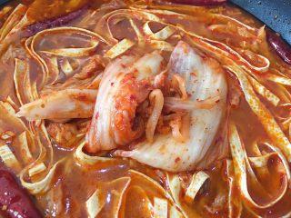 韩式泡菜锅,倒入泡菜和泡菜汁,转至大火煮开