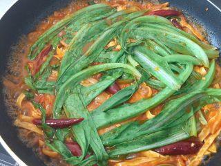 韩式泡菜锅,快出锅的时候,再放入油麦菜,2分钟即可出锅