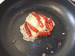 韩式泡菜锅,小火热锅,倒入适量油,炒香姜末蒜末和干辣椒